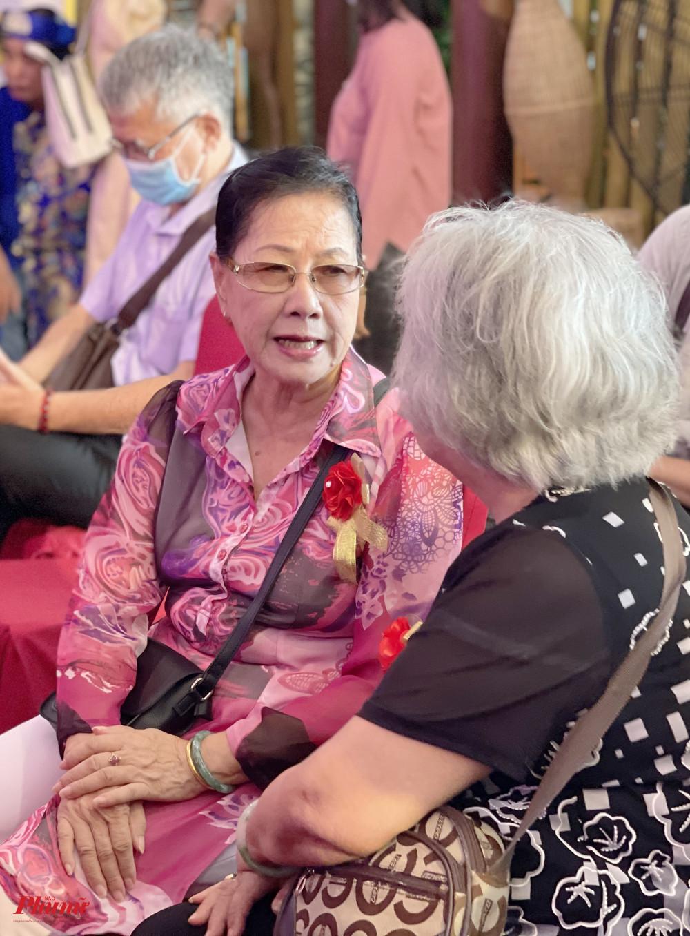 NSND Thanh Vy hội ngộ đồng nghiệp trong buổi khánh thành phòng truyền thống của nhà hát Trần Hữu Trang vào sáng 29/4