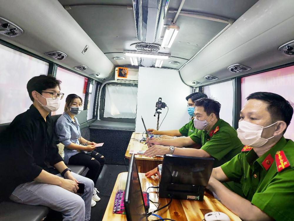 Người dân đang làm căn cước công dân có gắn chíp trên xe lưu động ở TPHCM