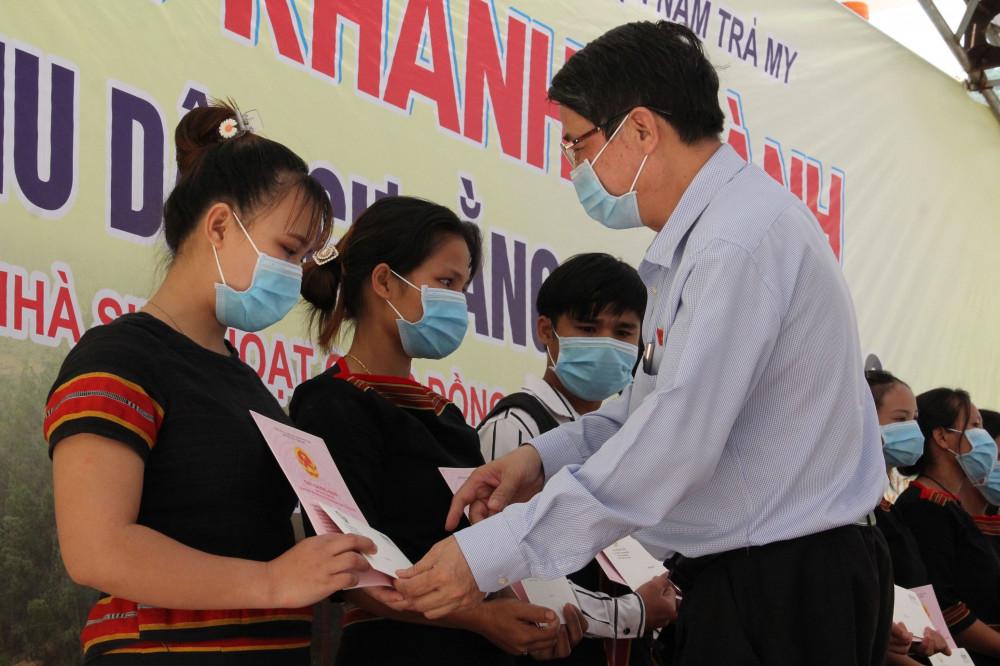 Phó chủ tịch Quốc Hội Nguyễn Đức Hải trao giấy chứng nhận Quyền sử dụng đất cho các hộ dân