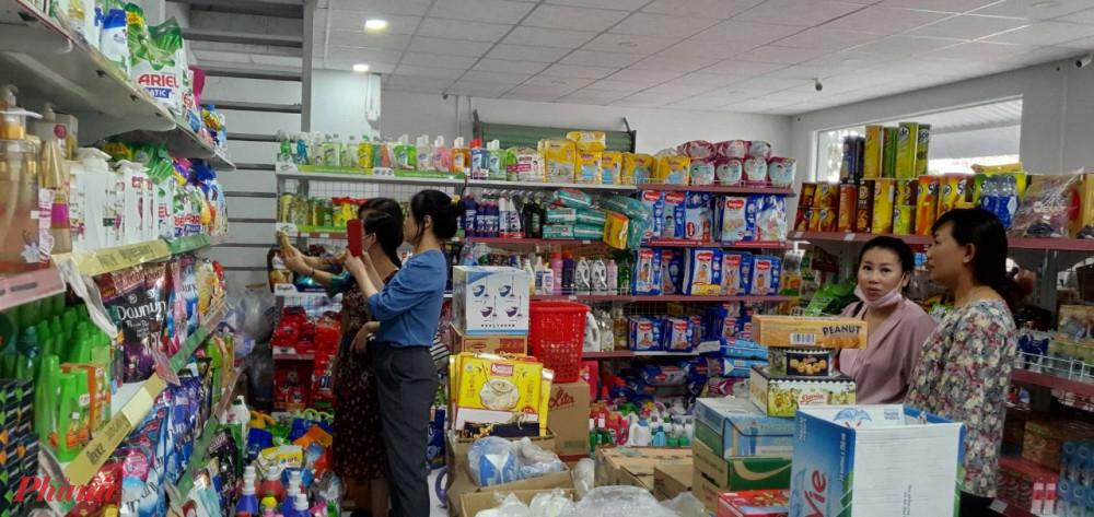 Đoàn đến khảo sát thực tế tại một cửa hàng liên klết tại Thị Trấn Củ Chi, huyện Củ Chi