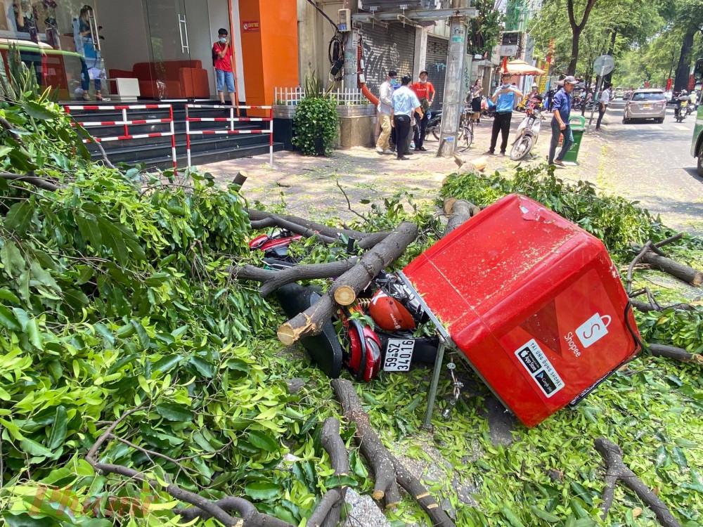 Nam nhân viên giao hàng may mắn thoát nạn trong gang tất