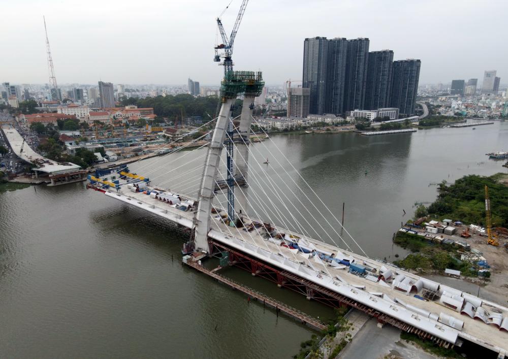 Cầu Thủ Thiêm 2 nối Thành phố Thủ Đức với trung tâm quận 1, TPHCM cũng vừa được TPHCM bàn giao hơn 11.000m2 mặt bằng để tiếp tục thi công sau thời gian gặp khó khăn