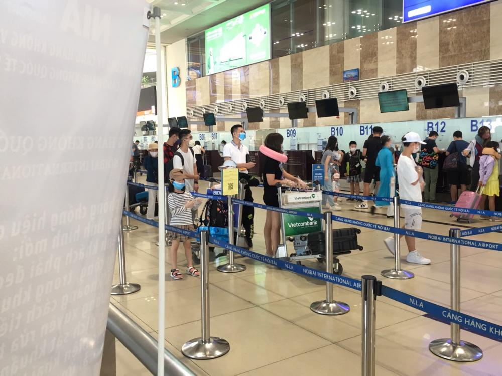 ại khu vực kiểm tra an ninh, hành khách xếp hàng dài chờ tới lượt.