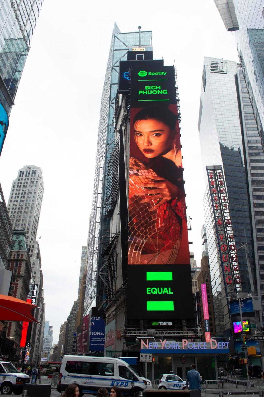 Poster của Bích Phương xuất hiện tại Quảng trường Thời Đại (Mỹ)