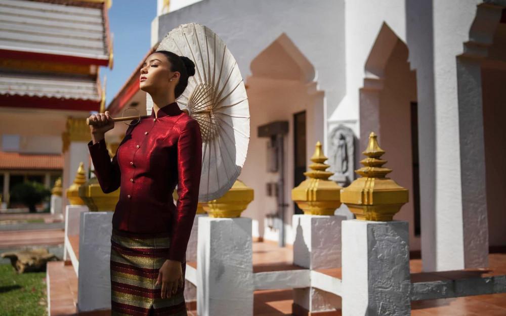 Khi đến Mỹ, Amanda cũng diện trang phục truyền thống Thái Lan để tham quan một ngôi chùa tại Florida. Người đẹp được dự đoán sẽ tiến sâu trong cuộc thi năm nay với sự chuẩn bị khá kỹ lưỡng.