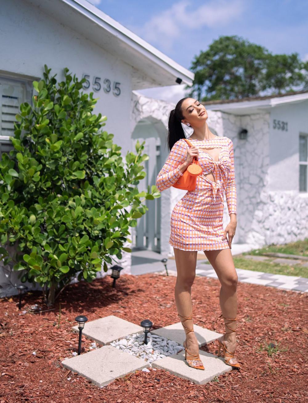 Trong ngày thứ hai khi đặt chân đến Mỹ, Amanda diện váy của Pomelo, hoa tai của Pun và túi xách của Astotle.