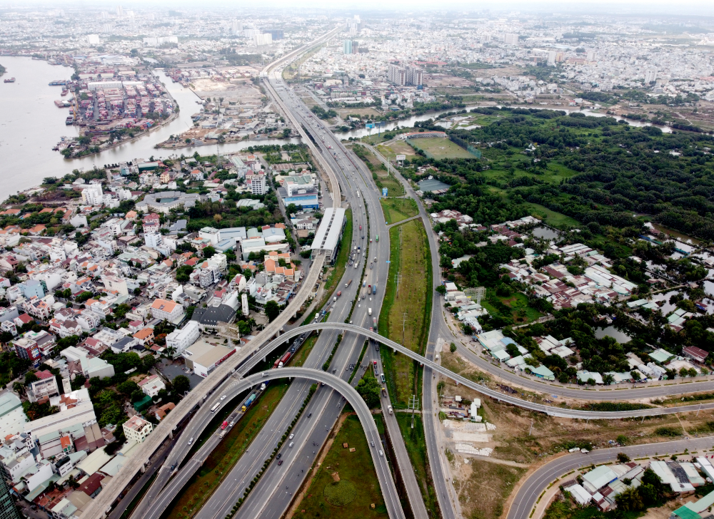 Bên cạnh những công trình đã hoàn thành và đư avaof phục vụ người dân, TPHCM cũng đang có nhiều dự án trọng điểm tất bật thi công và dự kiến hoàn thành trong những năm tơi. Trong đó quan trọng nhất là dự án metro số 1 Bến Thanh - Suối Tiên