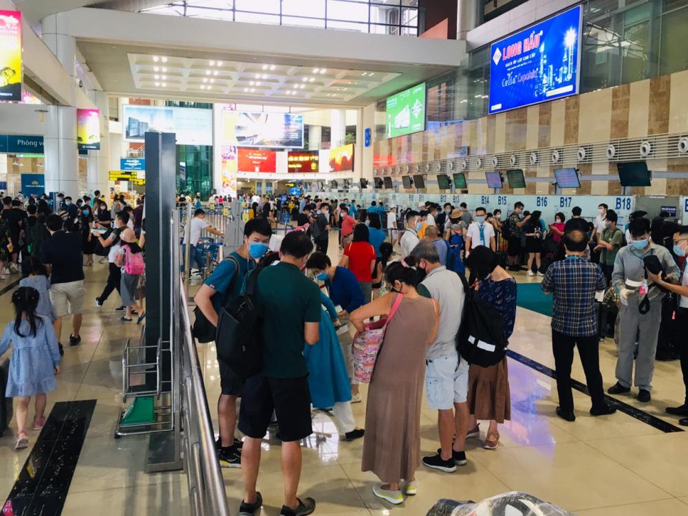 Các quầy làm thủ tục của các hãng hàng không và khu kiểm tra an ninh luôn đông kín hành khách đứng xếp hàng.