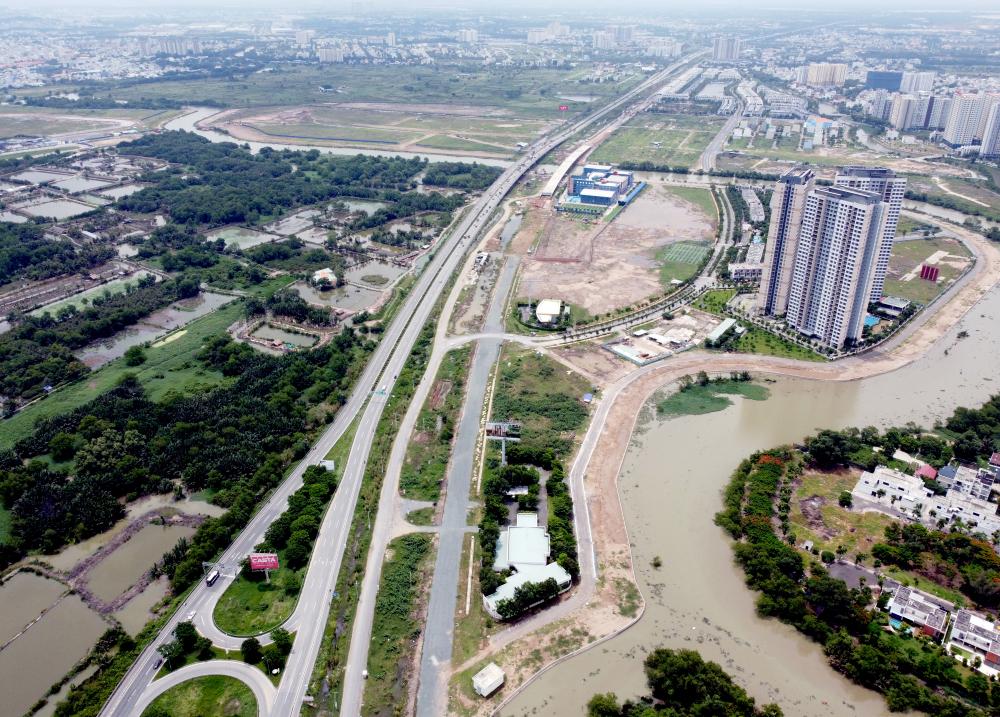Cao tốc TPHCM - Long Thành - Dầu Giây dài gần 55km, khai thác toàn tuyến vào năm 2015 sau 6 năm thi công với tổng vốn đầu tư 20.600 tỷ đồng. Tuyến đường này giúp rút ngắn khoảng cách từ TP HCM tới Vũng Tàu rất nhiều so với trước. Tốc độ cho phép cao nhất trên cao tốc là 120 km/h, thấp nhất 80 km/h. nối Thành phố Thủ Đức tới