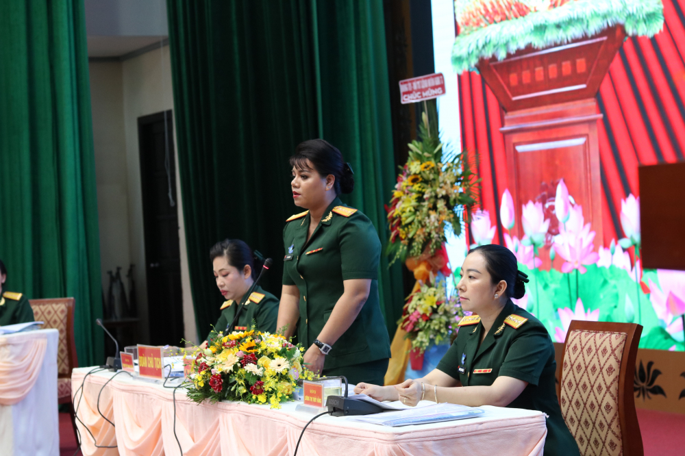 Đại úy Lê Thị Ngọc Bích (giữa) - tái đắc cử Chủ tịch Hội Phụ nữ Bộ Tư lệnh TP.HCM.