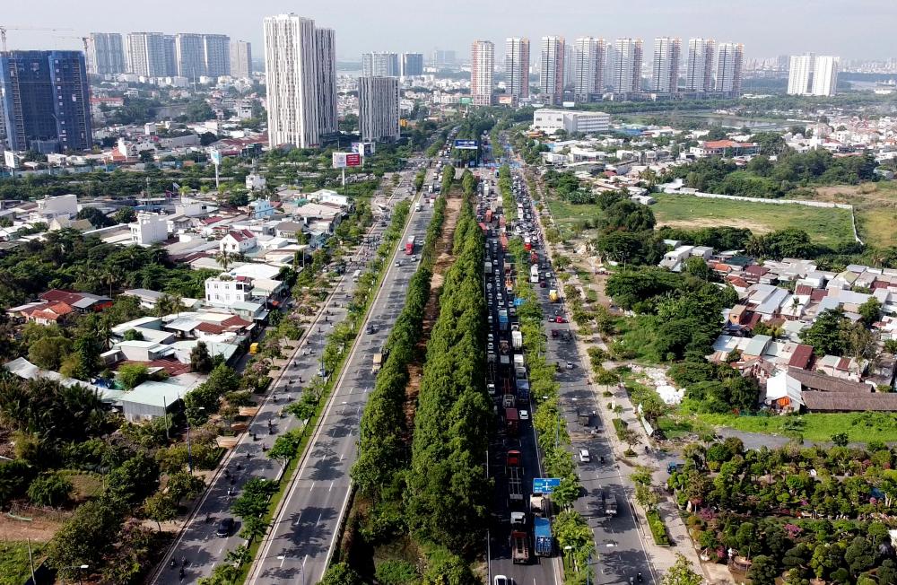 Trục đại lộ Đông - Tây Dự án đại lộ Đông - Tây có tổng chiều dài 21,98 km, trong đó bao gồm 1,49 km đường hầm vượt sông Sài Gòn, xây dựng 10 cầu mới, cải tạo 3 cầu cũ hiện có, xây dựng 10 cầu bộ hành. Điểm đầu đại lộ giao với quốc lộ 1A tại huyện Bình Chánh, điểm cuối giao với xa lộ Hà Nội, thành phố Hồ Chí Minh.