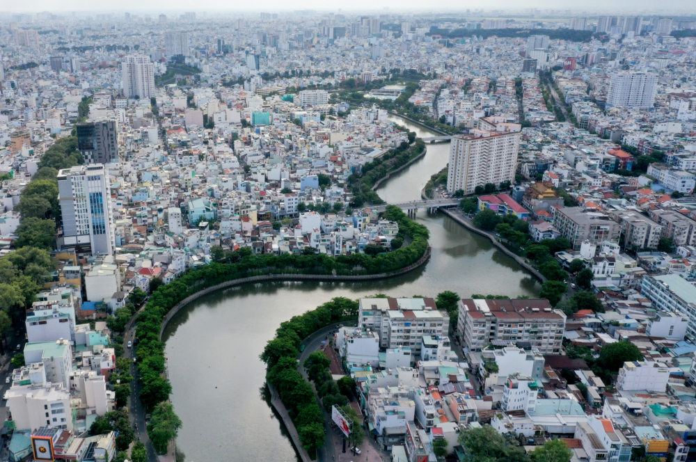 Trái với hình ảnh là con kênh ô nhiễm nặng, nhà cửa hai bên lụp xụp tạm bợ cách đây hơn 20 năm, kênh Nhiêu Lộc - Thị Nghè ngày nay là dòng nước trong xanh, hai bên đường Hoàng Sa và Trường Sa rợp bóng mát cây xanh, bãi cỏ công viên, nhà cửa được xây dựng khang trang. Để có được dòng kênh xanh và đẹp như ngày hôm nay, TPHCM đãgiải tỏa và tái định cư cho gần 7.000 hộ dân. Con kênh được nạo vét gần 1,1 triệu m3 đất, lắp đặt gần 16 km bờ kè, thi công 9 km tuyến cống bao, gia cố cầu, đặt máy bơm công suất lớn, làm đường hai bên