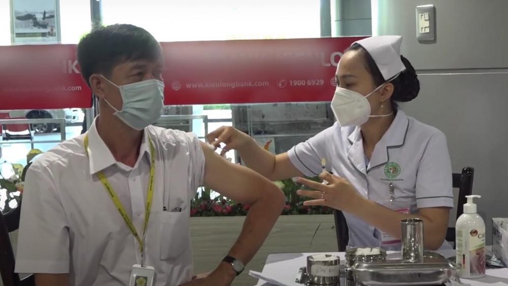 Chích vắc xin ngừa COVID-19 cho nhân viên tại sân bay Tân Sơn Nhất