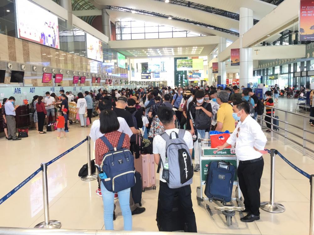 Cảng hàng không Nội Bài (Hà Nội) 30/4  đông hơn thường lệ do nhiều người về quê hoặc đi du lịch dịp lễ.