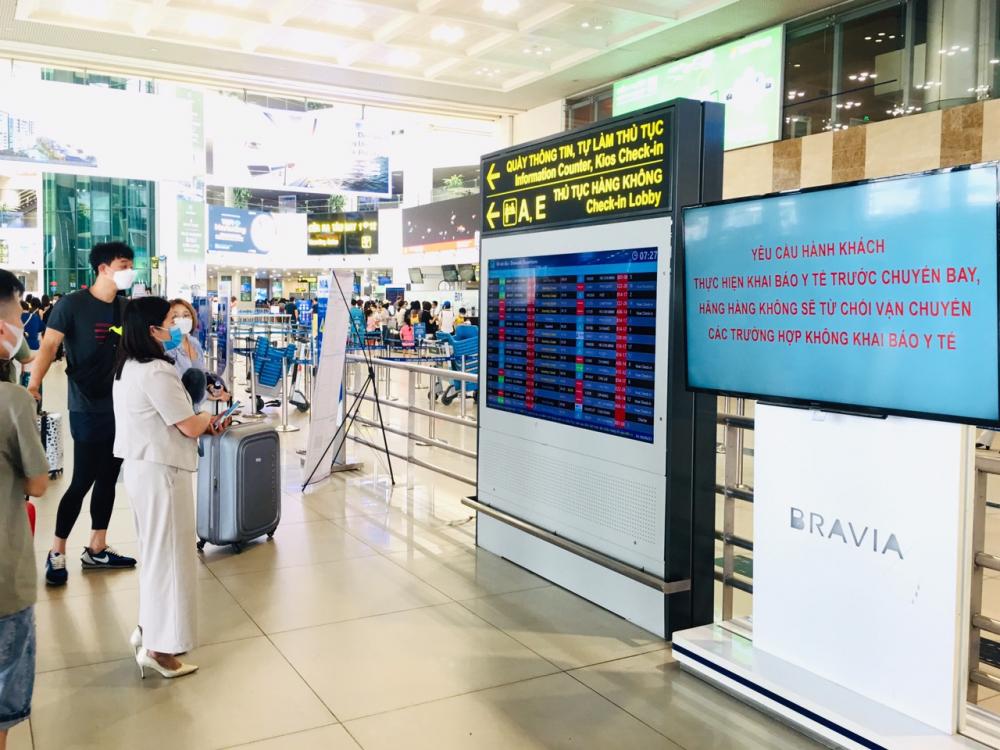 Biển thông báo nội quy phòng chống dịch COVID-19 tại các cửa ra vào sân bay Nội Bài.