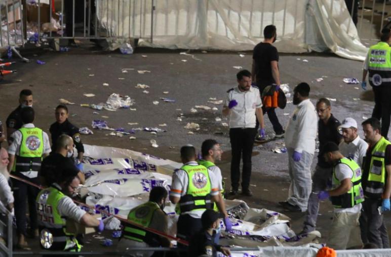 Xác chết được phủ giấy màu trắng trong khi hàng trăm người bị thương đã được đưa vào bệnh viện