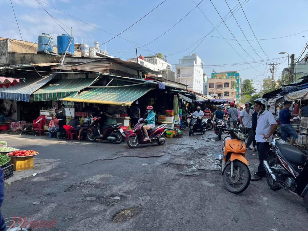 Buổi sáng, lượng khách đi chợ không quá đông, còn vắng hơn so với ngày cuối tuần.