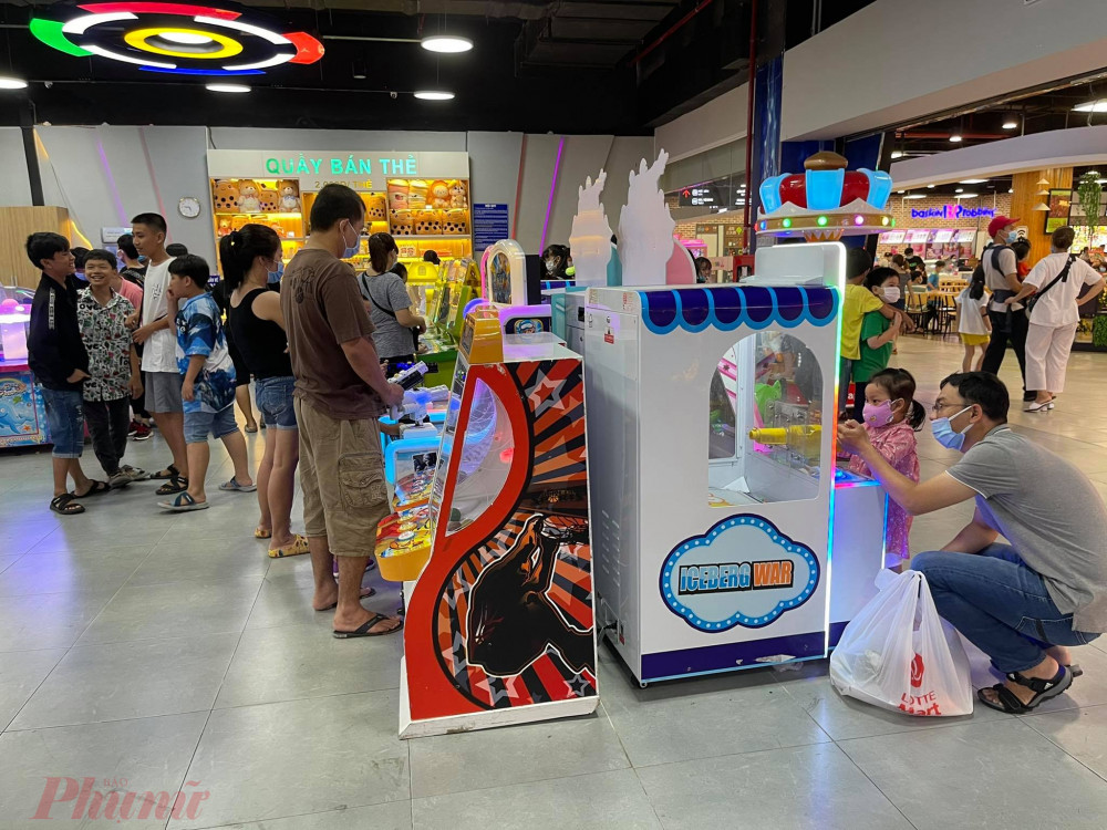 Nhiều gia đình cho trẻ vui chơi ở khu vui chơi trong siêu thị.