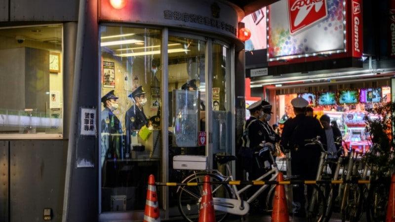 Cảnh sát Nhật Bản bao vây khu căn hộ nơi cô Saki Sudo đang sống tại Tokyo - Ảnh: