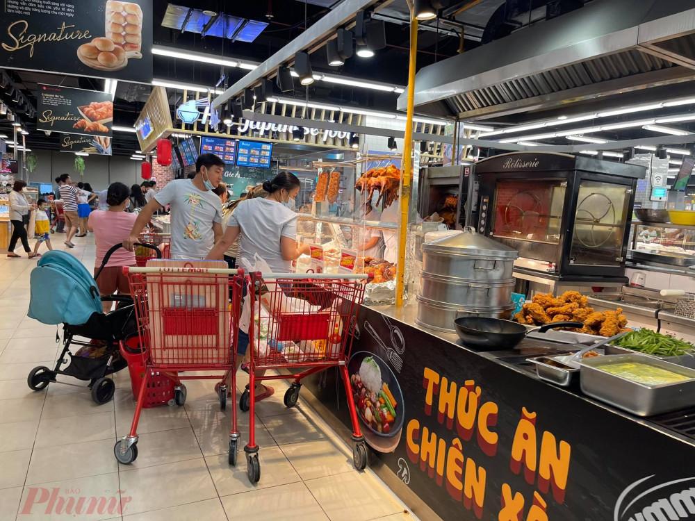 Quần thức ăn chế biến sẵn cũng nhiều khách mua.