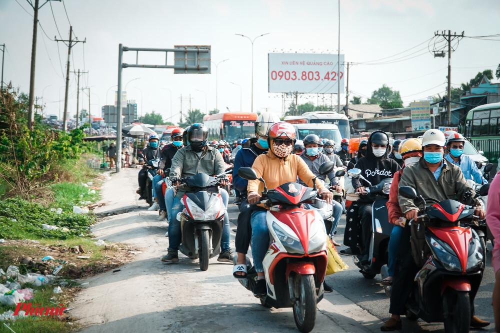 Đường quá tải, nhiều người chấp nhận chạy trên vỉa hè để tiếp tục di chuyển