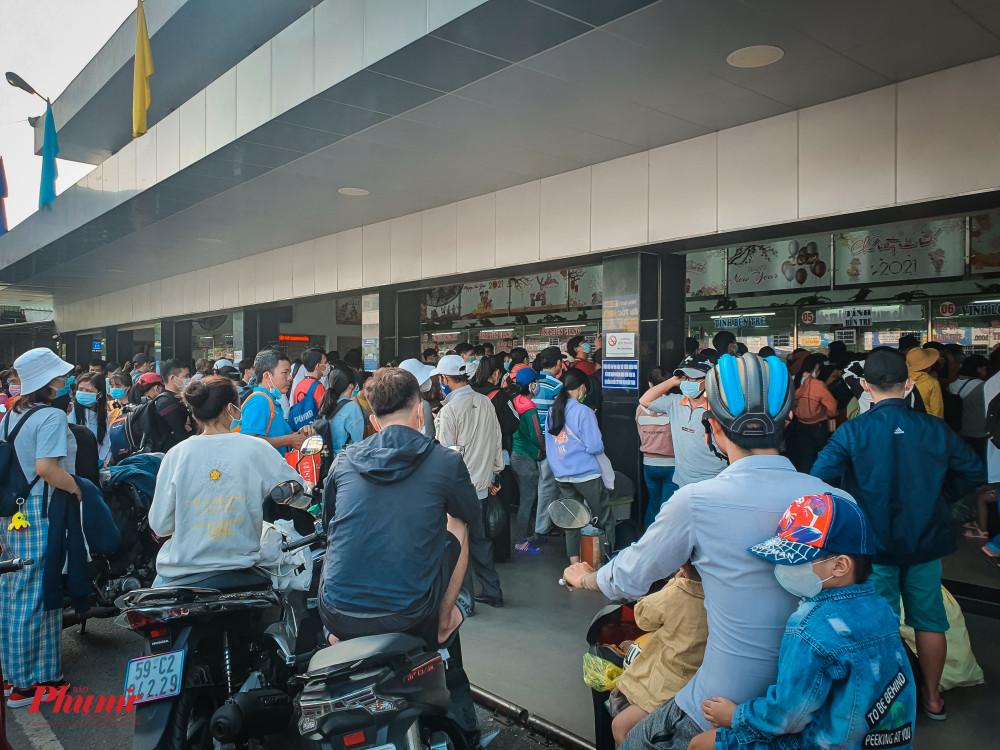 Dòng người xếp hàng chờ mua vé về quê