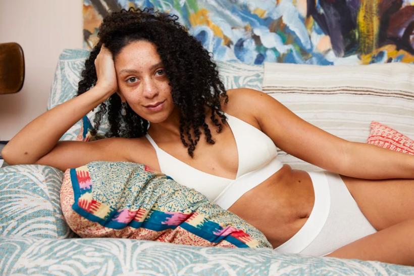 Đồ lót nữ của các nhãn đồ lót bao gồm như Womanhood bán những kiểu dáng ưu tiên sự thoải mái.