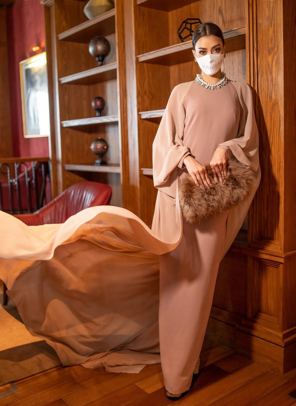 Bộ váy có màu sắc, kiểu trông khá đứng tuổi nhưng nhờ cách phối phụ kiện hợp lý trông vừa vặn với Amanda.
