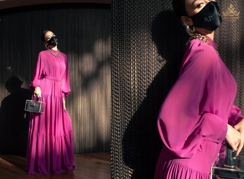 Phụ kiện to bản như hoa tai, vòng cổ là điểm cộng lớn cho bộ trang phục này.