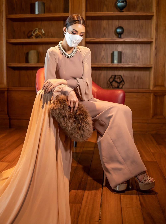 Khi quá cảnh tại Istanbul, Thổ Nhĩ Kỳ, Amanda diện  Istanbul, Thổ Nhĩ Kỳ, Obdam thay váy lụa của hãng Asava, phối dây chuyền của Givenchy, túi lông thú D&G