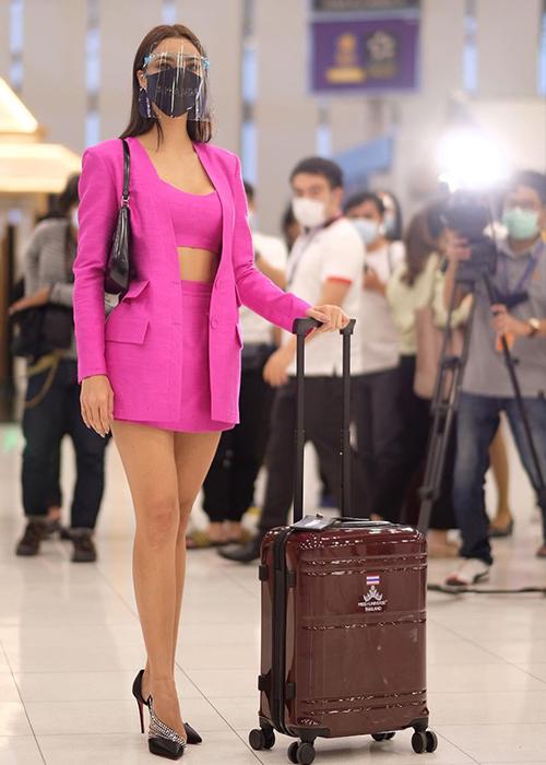Đến sân bay, người đẹp diện trang phục màu hồng nổi bật, phối quần short cùng crop-top, blazer của Milin
