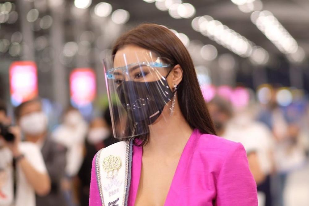 Khẩu trang cũng được chuẩn bị riêng cho phù hợp với từng trang phục của Amanda.