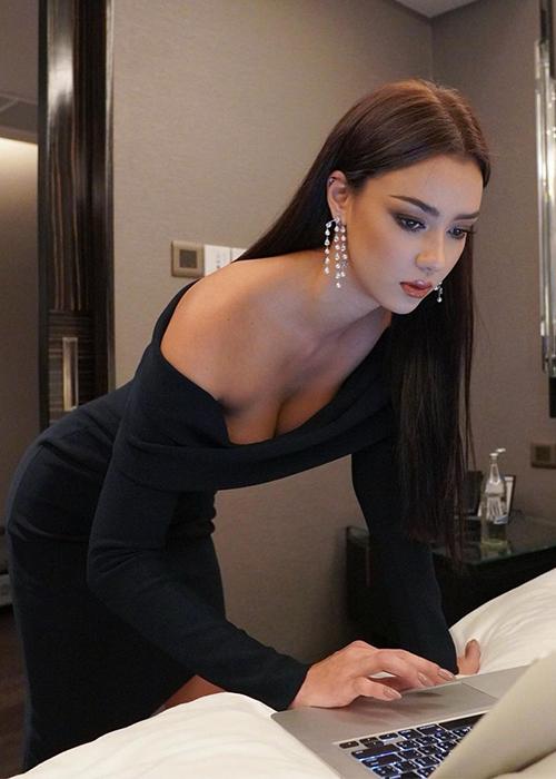 Bộ váy giúp người đẹp trong thanh lịch, nhưng cũng không kém phần quyến rũ.