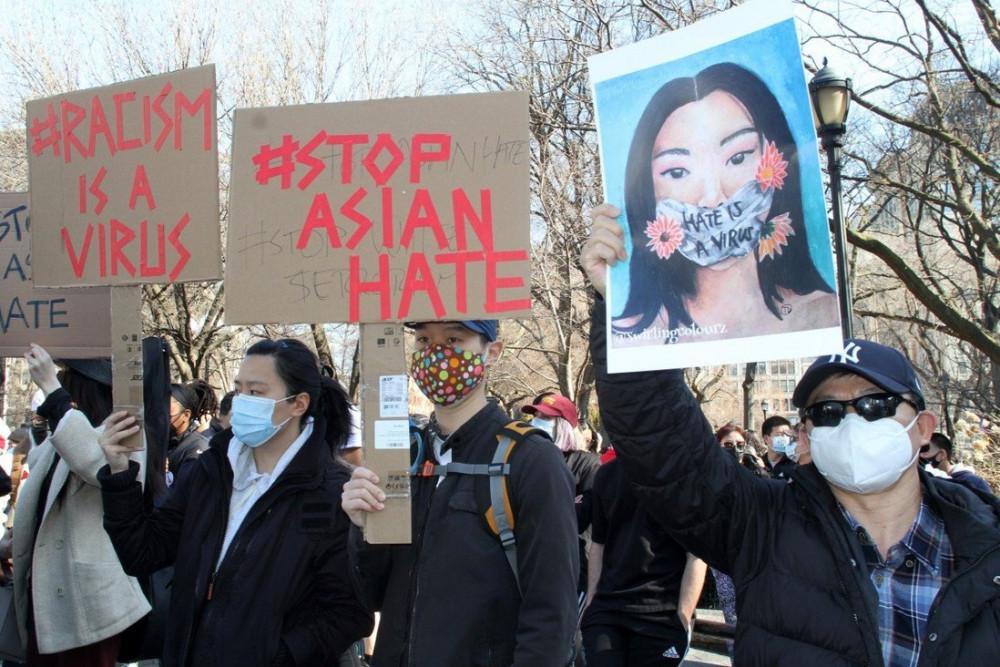 Các thành viên và những người ủng hộ cộng đồng người Mỹ gốc Á cầm biểu ngữ trong cuộc biểu tình tại Quảng trường Union của Manhattan ở New York  - Ảnh: ADP