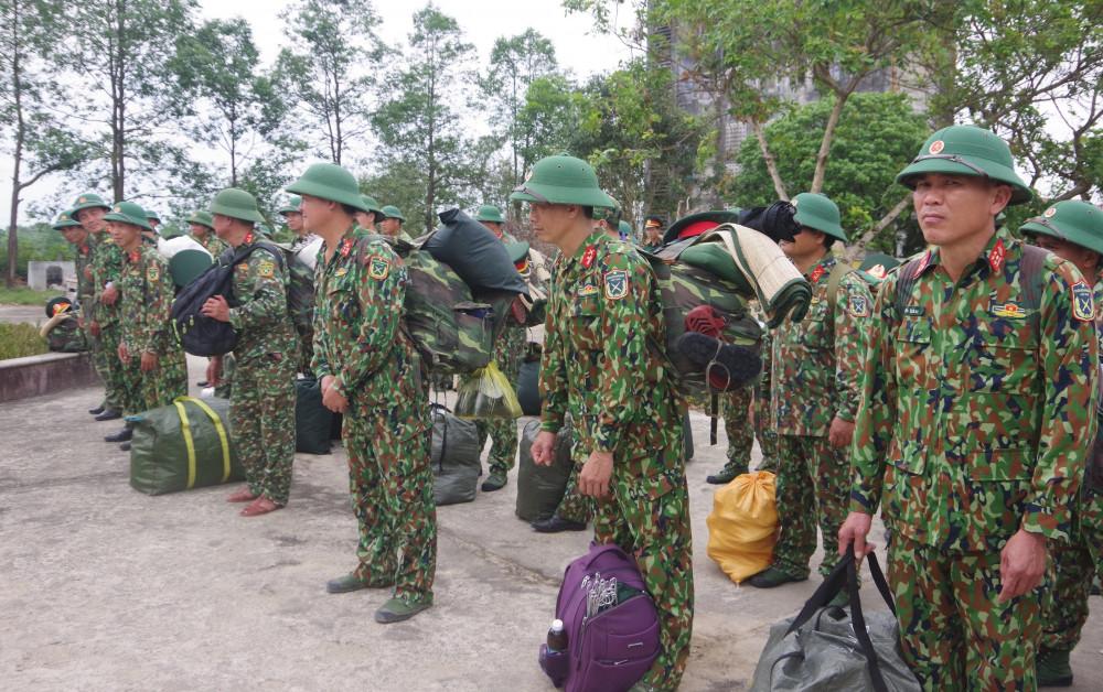 Cán bộ sĩ quan, quân nhân chuyên nghiệp tại Bộ chỉ huy Quân sự tỉnh Thừa Thiên - Huế trước lúc lên đường làm nhiệm vụ
