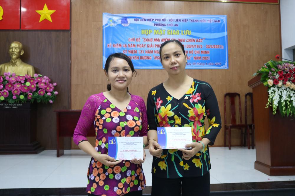 Chị Nữ (bìa phải) và chị Lan tại lễ tuyên dương.