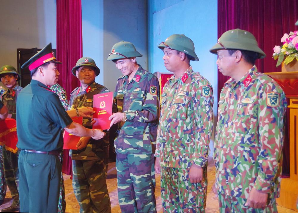 Đại tá Hà Văn Ái, Phó Chính ủy Bộ CHQS tỉnh Thừa Thiên-Huế trao quyết định điều động tăng cường cán bộ chiến sĩ  cho các tuyến biên giới