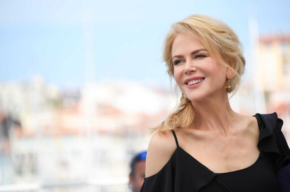 """Luôn thoa kem chống nắng:  chính là thoa kem chống nắng đều đặn, đầy đủ. Làn da của chúng ta thường bị ánh nắng tiếp xúc và dẫn đến nhiều tác hại cho da. Đây cũng là lí do chính khiến da sạm đen và khó có thể lấy lại được nước da ban đầu. Với """"Thiên nga nước Úc"""" Nicole Kidman, cô cho biết: """"Vì tôi rất thích hoạt động ngoài trời, như chơi tennis, chạy bộ hay bơi chẳng hạn; và tôi chỉ muốn mình có thể thực hiện tất cả những điều đó nhưng vẫn bảo vệ được làn da của mình khỏi cháy nắng""""."""