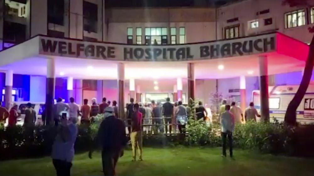 Người dân tụ tập quanh Bệnh viện Phúc lợi sau vụ hỏa hoạn chết người ở Bharuch, miền tây Ấn Độ