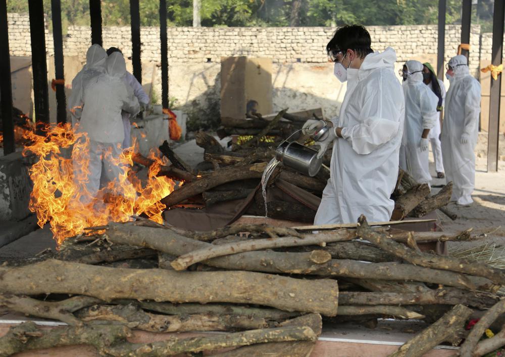 Gia đình thực hiện các nghi thức tiên biệt cuối cùng cho một nạn nhân COVID-19 tại một lò hỏa táng ở Jammu, Ấn Độ hôm 30/4