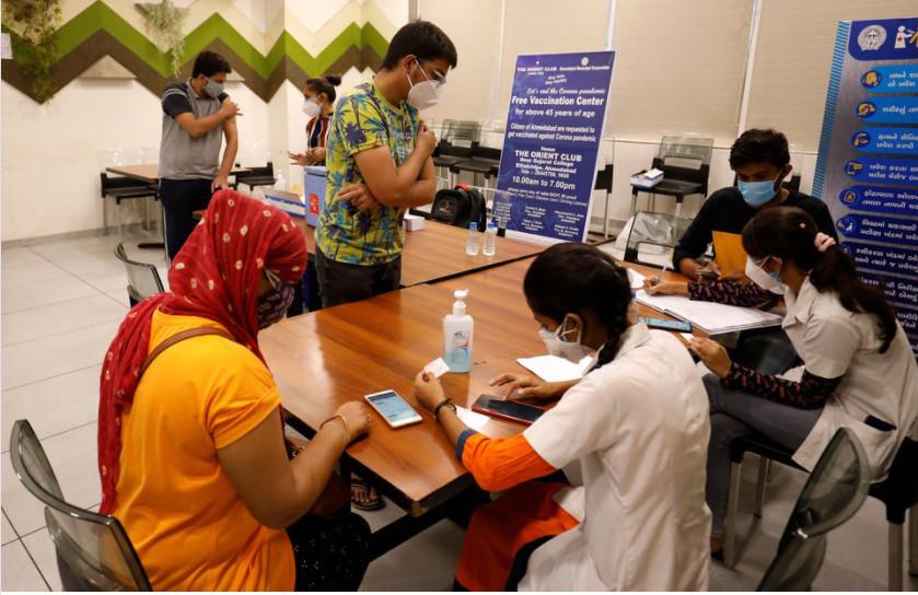 Người dân đăng ký tiêm chủng vắc-xin COVID-19.
