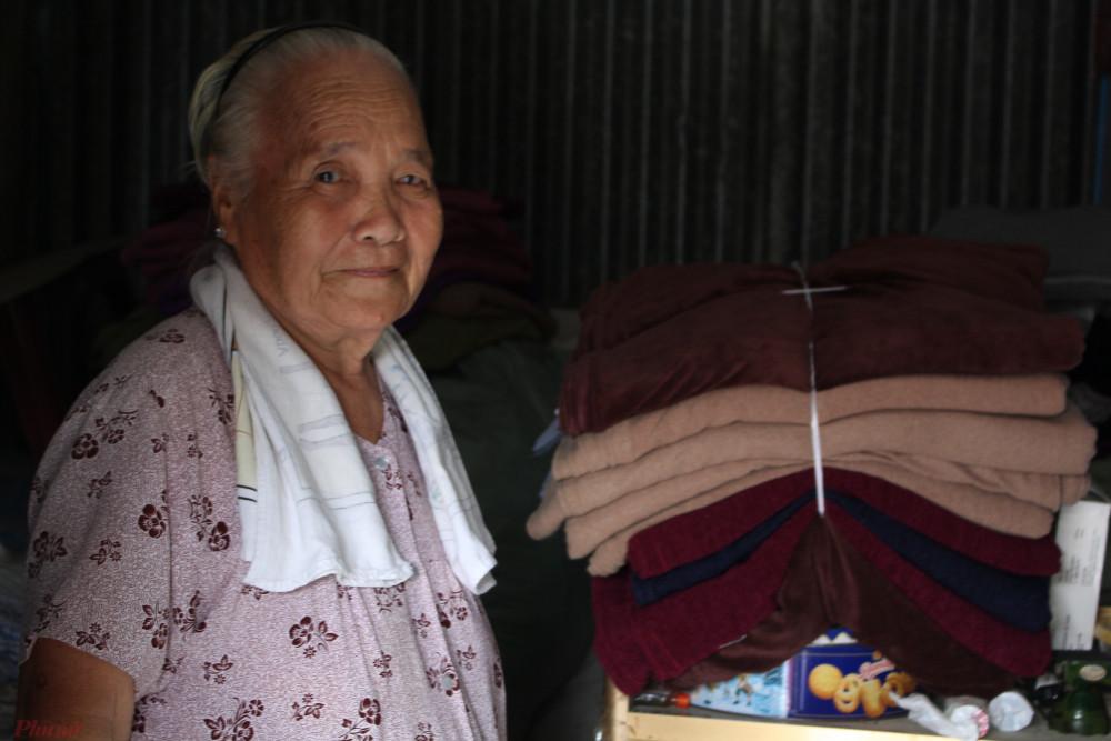 Cụ Vàng vui mừng khi mỗi ngày trôi qua lại có thêm nhiều chiếc chăn ấm đến với người cần