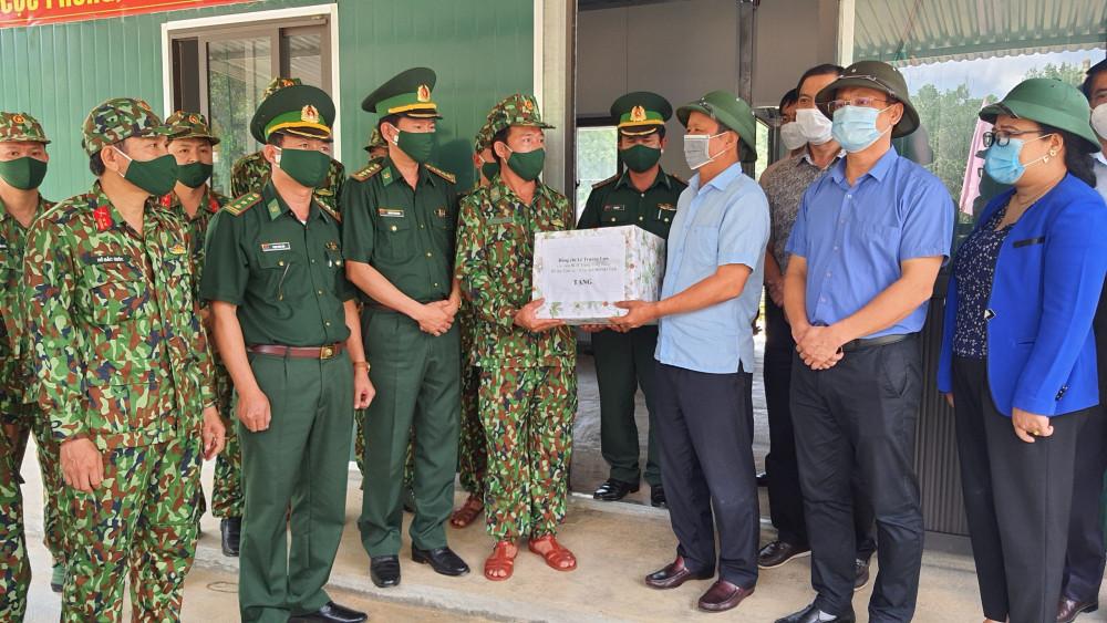 Lê Trường Lưu cùng đoàn công tác của tỉnh Thừa Thiên Huế đến thăm, kiểm tra tại chốt Biên phòng Cửa khẩu Hồng Vân