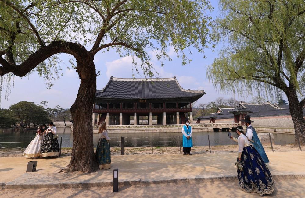 Người dân Hàn Quốc mặc trang phục hanbok truyền thống đi viếng các khu vực văn hóa ở thủ đô Seoul - Ảnh: EPA-EFE