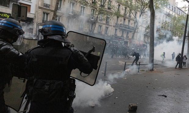 Cảnh sát sử dụng hơi cay giải tán đám động ở Paris.