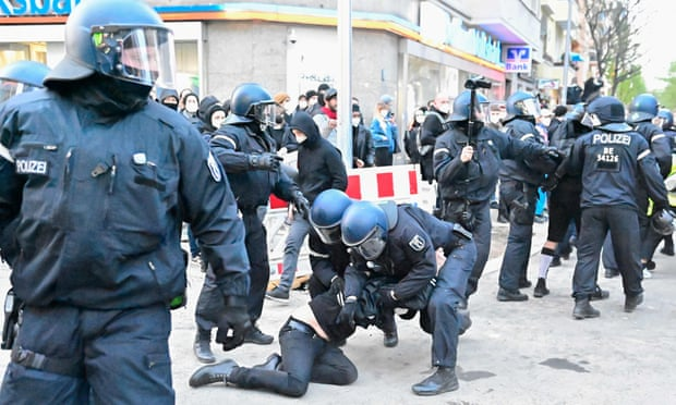 Cảnh sát bắt giữ người biểu tính quá khích ở Berlin.