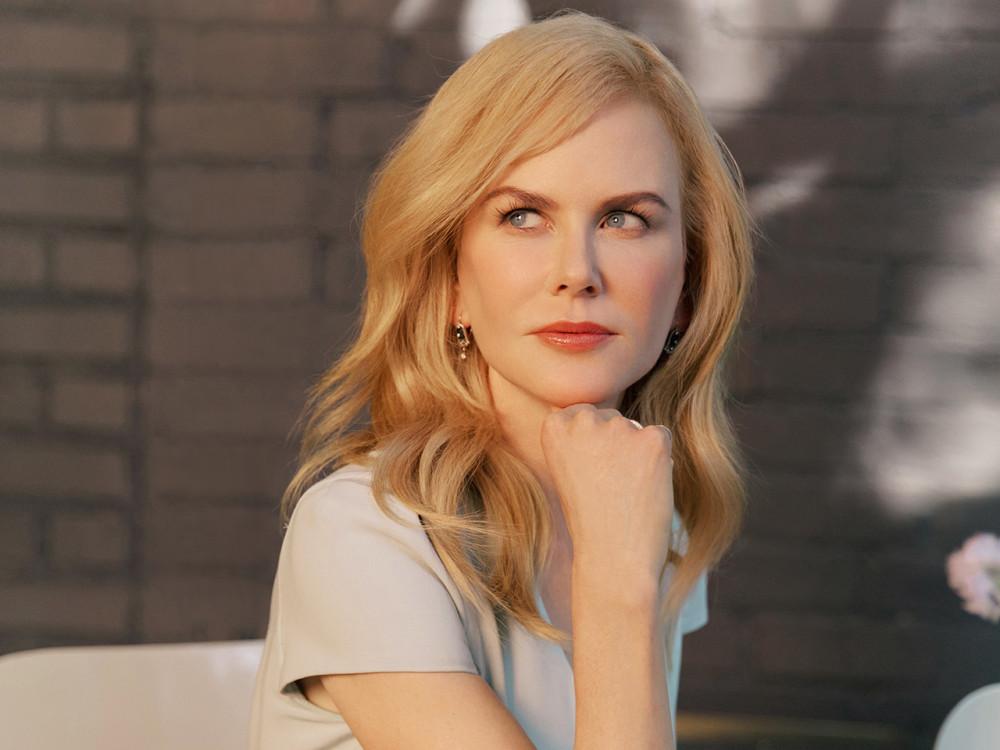 """Tẩy trang để da được """"nghỉ ngơi"""": những nguyên tắc quan trọng được phái đẹp, đặc biệt là các sao lưu tâm. Trong cả ngày dài """"gắn bó"""" với lớp mỹ phẩm trang điểm, da bạn cũng sẽ cảm thấy ngột ngạt đấy. Hơn nữa, mỹ phẩm khi còn sót trên da sẽ dẫn đến việc da sỉn màu và xấu đi trông thấy. Bởi vậy mà cả Nicole Kidman cũng phải đảm bảo da cô luôn sạch lớp make up cũ để có thể """"nghỉ ngơi"""". """"Tôi từng được khuyên rằng hãy tẩy trang mỗi buổi tối, còn vào ban ngày, tôi sẽ dùng khăn ướt tẩy trang để loại bỏ lớp makeup thật nhanh và dễ dàng"""""""