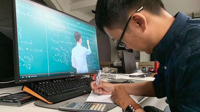 Học sinh học online trong thời gian tạm dừng đến trường (Ảnh: Đại Minh)