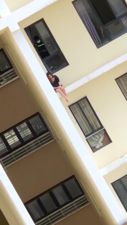 Cô gái ngồi thẩn thơ ở lan can tầng 18 chung cư Era Town có ý định tự tử.