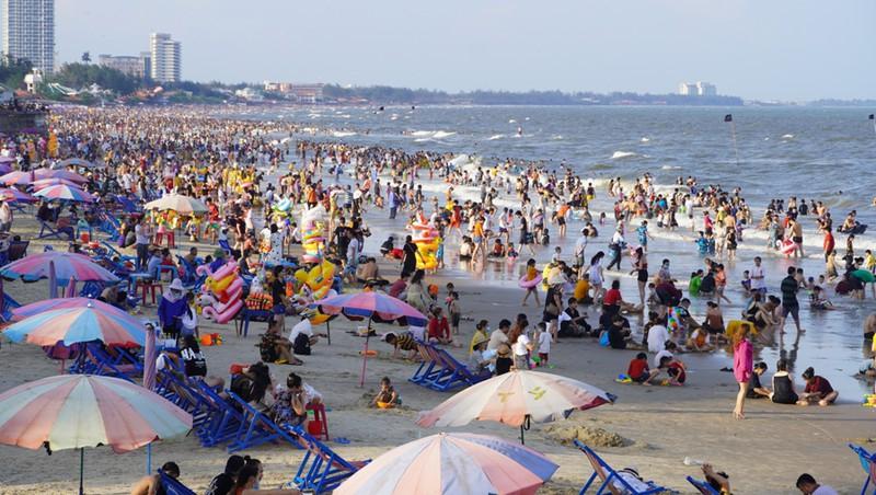 Chiều 30-4, người dân, du khách tập trung về các bãi biển, công viên công cộng của TP Vũng Tàu để vui chơi, tắm biển rất đông.